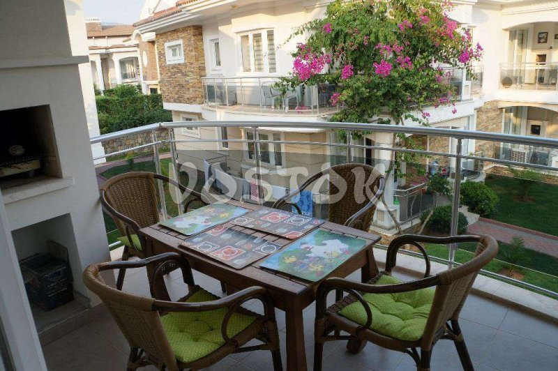 Terrace with dining table and chairs - G7 Blue Green Apartments in Calis